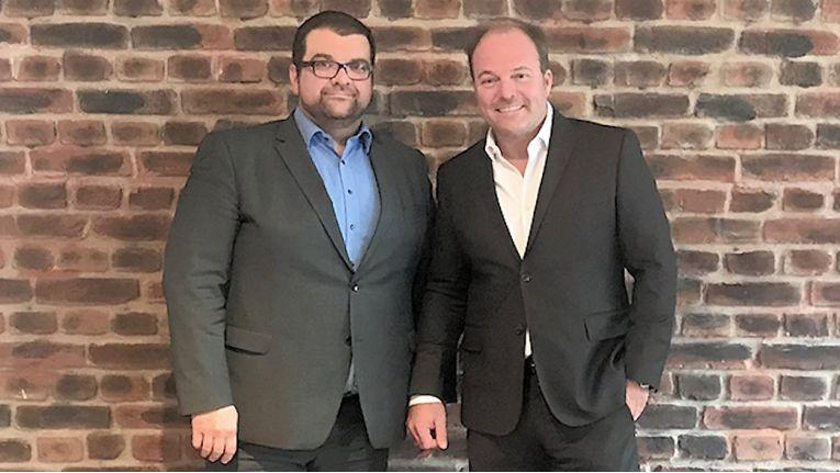 Shayan Faghfouri, Geschäftsführer bei DextraData (links) und Volker Enkelmann, Geschäftsführer bei Dignum, besiegeln die Zusammenarbeit.