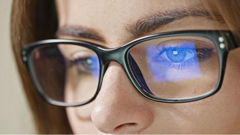 Von Displays emittierte blaue Lichtanteile können schädlich sein. Viele Hersteller bieten mittlerweile Technologien an, die blaues Licht reduzieren.
