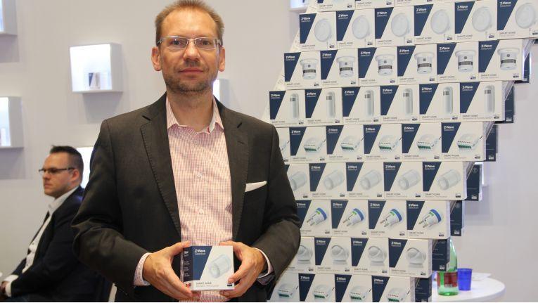 """Mike Lange, Geschäftsführer bei Z-Wave Europe, präsentiert auf der IFA in Berlin die neue Dachmarket """"Z-Wave Selection""""."""