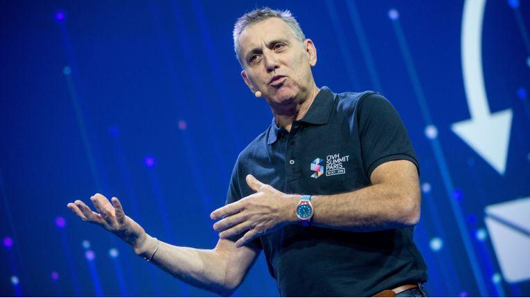 Alain Fiocco, CTO von OVH, sieht sein Unternehmen nicht nur durch enge Technologiepartnerschaften mit Intel, Nvidia, Samsung und VMware, sondern auch durch die hauseigeen Server-Fertigung, die selbstentwickelte und immer als Teil des Pakets von OVH übernommene DDoS-Abwehr und das eigene Glasfasernetzwerk für dne Wettbewerb mit den Hyperscalern aus den USA gut aufgestellt.