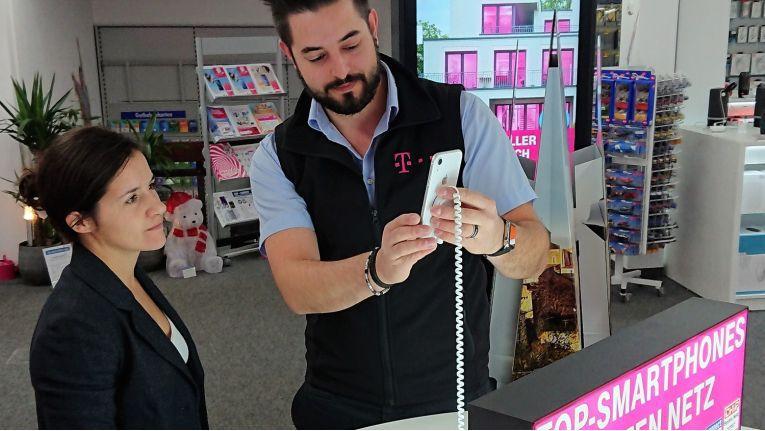 Expert Mitarbeiter Markus Glas erklärt in der Schrobenhausener Shop-in-Shop-Fläche die Vorteile eines Smartphones