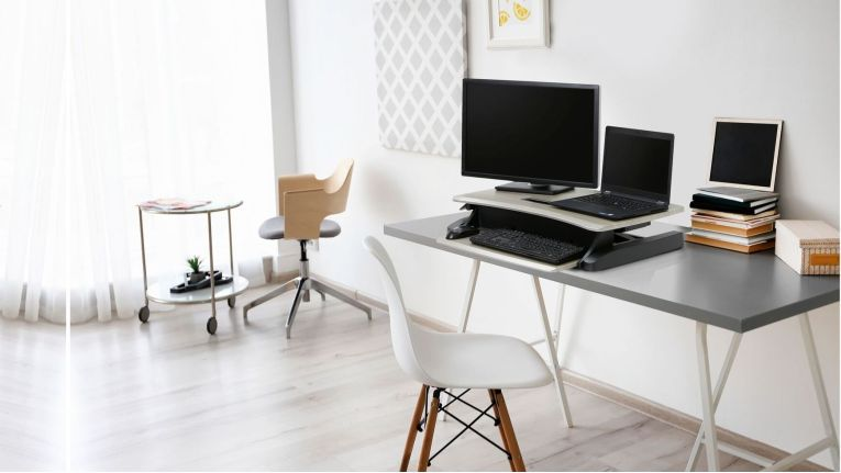Steh-Sitz-Arbeitsplätze bieten den Angestellten die Flexibilität, eine Haltung entsprechend ihren persönlichen Bedürfnissen einzunehmen, was sich vorteilhaft auf ihre Produktivität auswirkt.