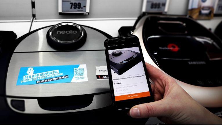 """Mit der """"Smartpay""""-App können Kunden direkt am Regal bezahlen"""