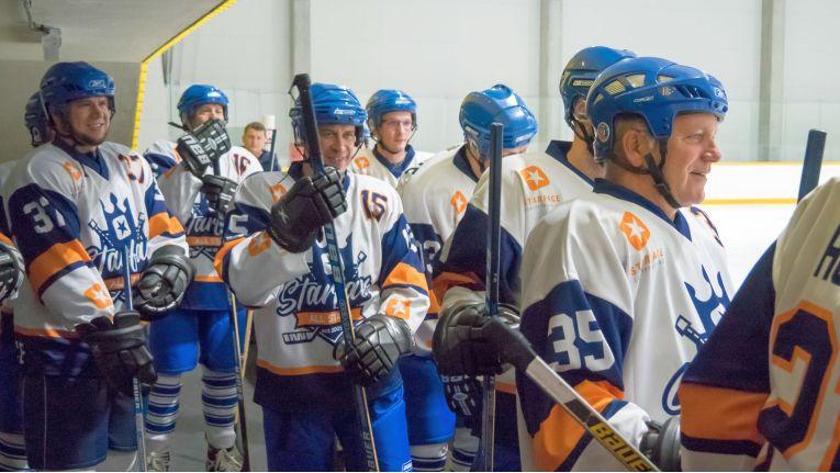 25 TK-Experten von 20 Starface-Partnern fuhrern mit dem Karlsruher UCC-Anbieter in die tschechische Hauptstadt Prag und durften in dem Eishockey-begeisterten Land selbst dem Puck hinterherjagen.