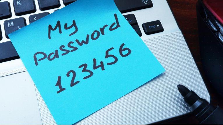Wenn Sie Ihr Passwort nicht wie hier auf einem Zettel notiert haben, dann nutzen Sie eines der in diesem Beitrag vorgestellten Tools, um wieder an Ihr Kennwort zu kommen.