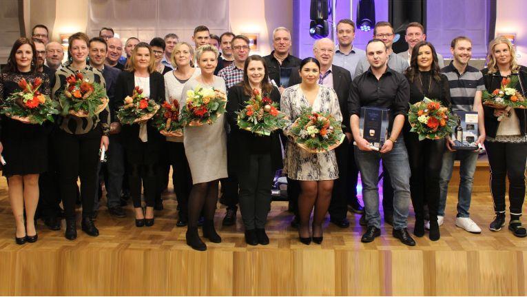 Zu einem erfolgreichen Unternehmen gehören für Siegbert Wortmann treue Mitarbeiter. Im Rahmen der Weihnachtsfeier wurden diese für langjährige Betriebszugehörigkeit geehrt.