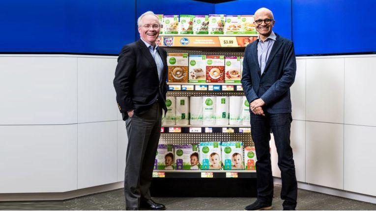 Kroger-CEO Rodney McMullen (links) und Microsoft-CEO Satya Nadella (rechts), bei der Vorstellung der gemeinsamen Bemühungen im Retail-Bereich.