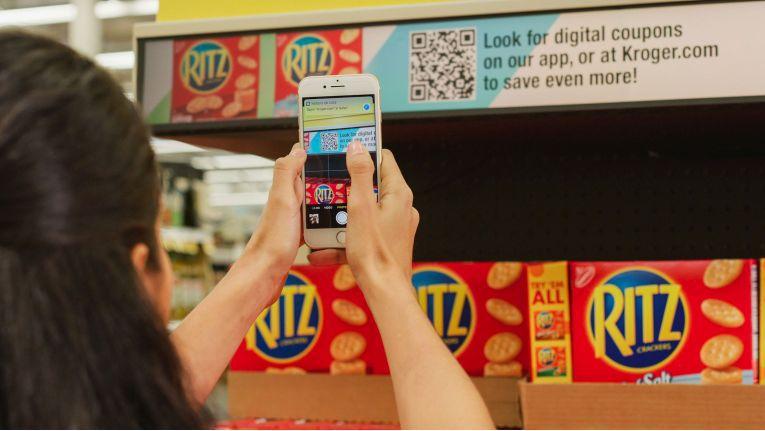Eine App weist Kunden auf Sonderangebote oder von ihnen bevorzugte Produkte hin, bei Unverträglichkeiten warnt die App vor ungeeigneten Produkten.