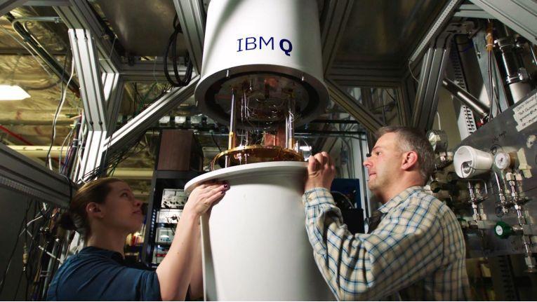 Die IBM-Experten Sarah Sheldon (links) und Pat Gumann bei der Arbeit an der Kühleinheit eines Vorgängers, des nun vorgestellten Quantencomputers. (Bild: IBM Research)