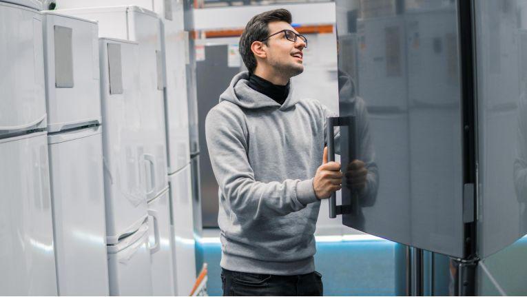 Auch beim Kauf eines smarten Kühlschranks lohnt sich deshalb ein Blick ins Kleingedruckte. Je nach Kaufvertrag ist der Hersteller im Ernstfall nicht dazu gezwungen, für den Schaden aufzukommen.