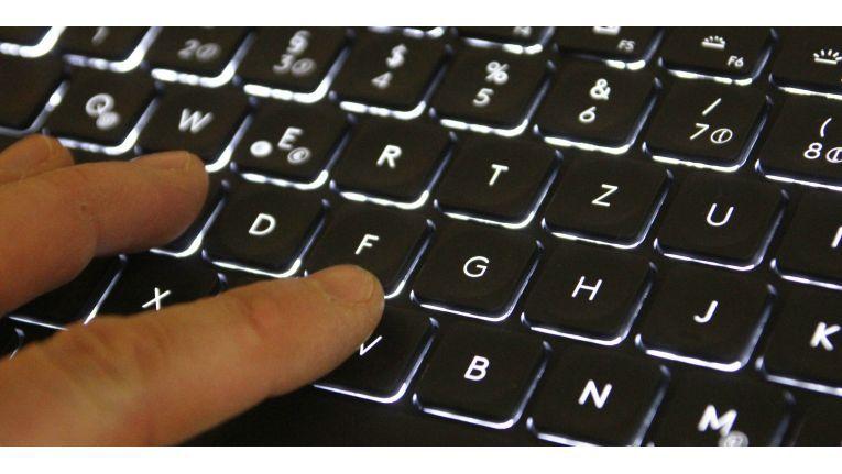 Die Tastaturbeleuchtung der Logitech Craft schaltet sich dank Nägherungssensor ein, sobald man bei schwachem Licht schreiben möchte.