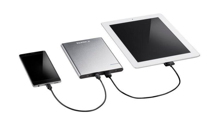 Smartphone und Tablet parallel aufladen: Mit einer Powerbank ab 10.000 mAh kein Problem.