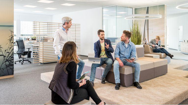 Kommunikation nimmt bei Easysoft einen wichtigen Stellenwert ein: Auf der Kommunikationsinsel treffen sich regelmäßig Mitarbeiter, um gemeinsam Probleme zu lösen.