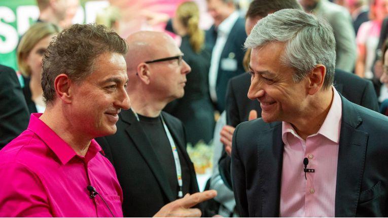 Auf der Hannover Messe schloß Adel Al-Saleh (links im Bild) mit Microsoft (im Bild: Jean-Philippe Courtois, EVP and President, Microsoft Global Sales, Marketing & Operations) eine strategische Cloud-Partnerschaft.
