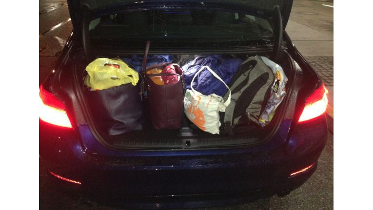 Kofferraum: Das Gepäck für vier Personen passt gerade so hinein.