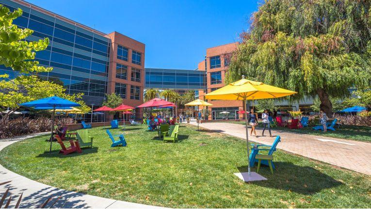 Google-Hauptsitz in Mountain View: Gelegenheiten für ein Powernapping gibt's genug - auch draußen.