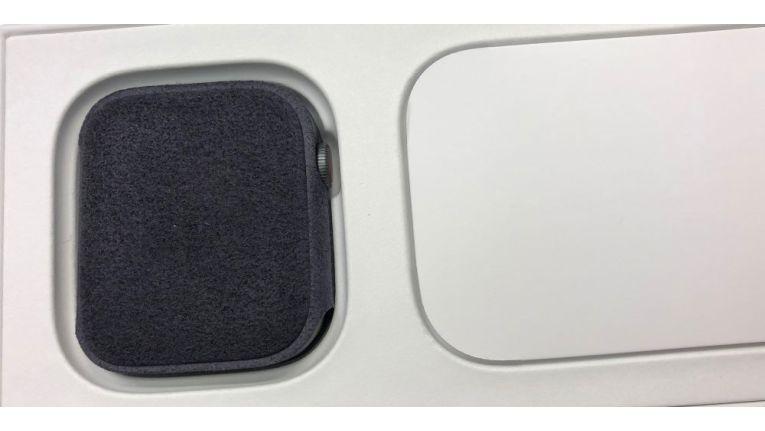 Die Verpackung hat Apple geändert, mehr Pappe verwendet und kaum noch Kunststoff. Die Uhr selbst ist in einer Filzhülle verpackt.