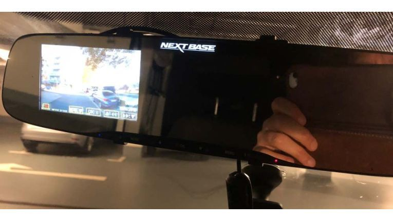 Der 4 Zoll große Bildschirm links auf der Mirror.