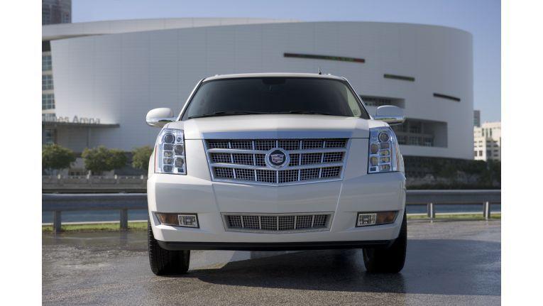 Der Cadillac Escalade Platinum ist laut Osram der erste Sportflitzer mit serienmäßigen LED-Vollscheinwerfern inklusive Fernlicht.