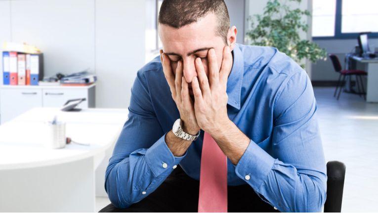 Häufiger Stress und Arbeitsüberlastung können zu Burn-out führen. Ist ein Arbeitnehmer an Burn-out erkrankt, muss er seinen Arbeitgeber unverzüglich über die Arbeitsunfähigkeit informieren. Woran er erkrankt ist, muss der Arbeitgeber seinem Chef jedoch nicht mitteilen.
