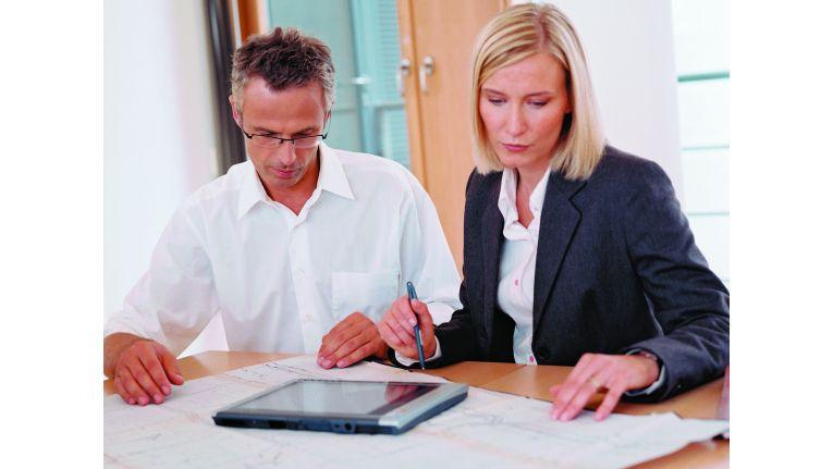 Eine Versetzung ist wirksam, wenn billiges Ermessen gewahrt ist, also sowohl die Interessen der Beklagten als auch die Interessen der betroffenen Arbeitnehmer angemessen berücksichtigt werden.
