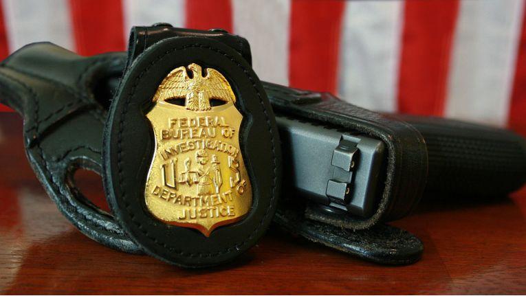 FBI, Marke und Dienstwaffe