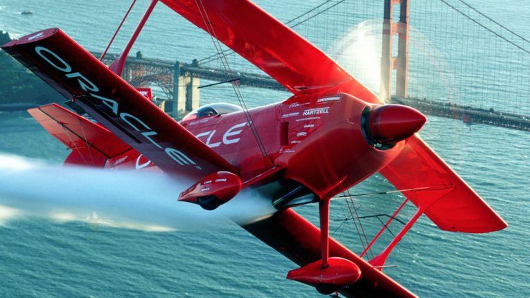 Team-Oracle-Stuntflugzeug vor der Golden Gate Bridge