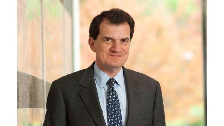 Unify-CEO Dean Douglas bedankt sich bei Martin Kinne für seine hervorragende Arbeit.