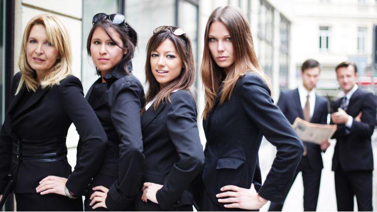 In puncto Business-Kleidung haben Frauen viel mehr Freiheiten als Männer. Aber hier lauern auch Fallen.