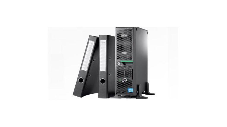 Platzsparend: Der Fujitsu Primergy TX120 S3p ist kaum größer als ein Aktenordner.