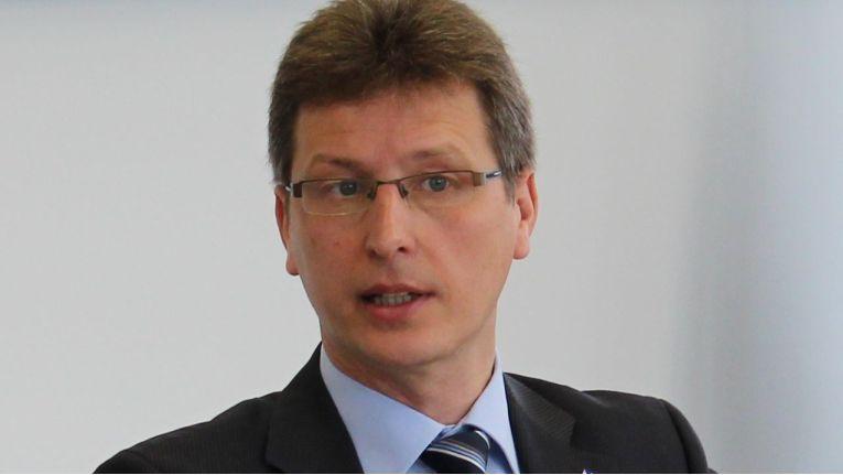 """Rolf Braun ist als Vorstand der Cema AG verantwortlich für den Bereich Technology und Solutions: """"Ein umfassender und Compliance konformer Schutz erfordert einen ganzheitlichen Ansatz unter strategischen, technologischen und rechtlichen Aspekten. Daher haben wir unsere Security-Kompetenzen in einem eigenständigen Geschäftsbereich gebündelt und konsequent um weitere Schlüsselfelder erweitert."""""""