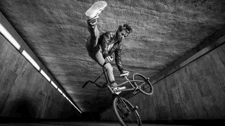 Der BMX-Freestyler Chris Böhm zeigt in der Jahrunderthalle in Bochum sein Können.