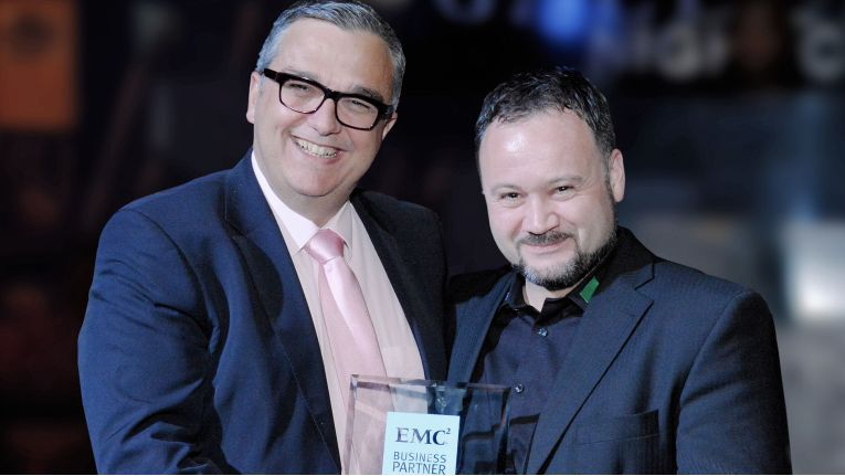 "Philippe Fossé (links), Vice President EMEA Channels bei EMC, überreicht Oliver P. Kübel, Teamleitung VIPM EMC bei Bechtle, den Award ""Solution Provider Partner of the Year""."