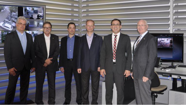 Das Vertriebsteam von IPPI zusammen mit Dieter Dallmeier (2. v.l.) bei der Eröffnung des Showrooms in München.