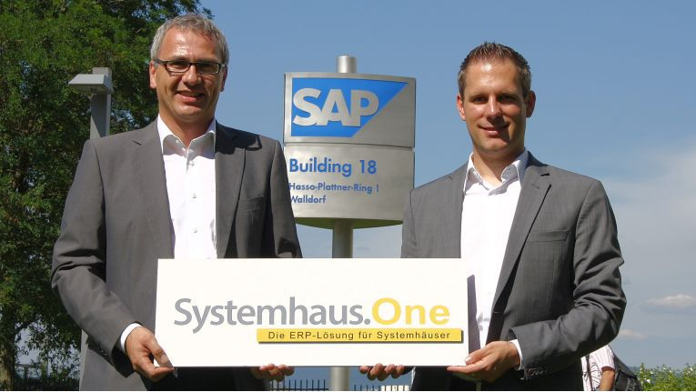 Thomas Neumeier, Vorstand der Neumeier AG, und Alexander Cronenberg, Business Development Manager für SAP Business One bei SAP SE in Walldorf, präsentieren das Logo der neuen Software für Systemhäuser.