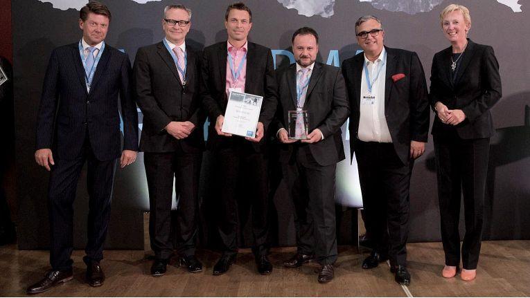 Martin Böker (links), Channel Director Germany bei EMC, überreichte die Trophäen im Rahmen der festlichen Abendveranstaltung an die Preisträger.