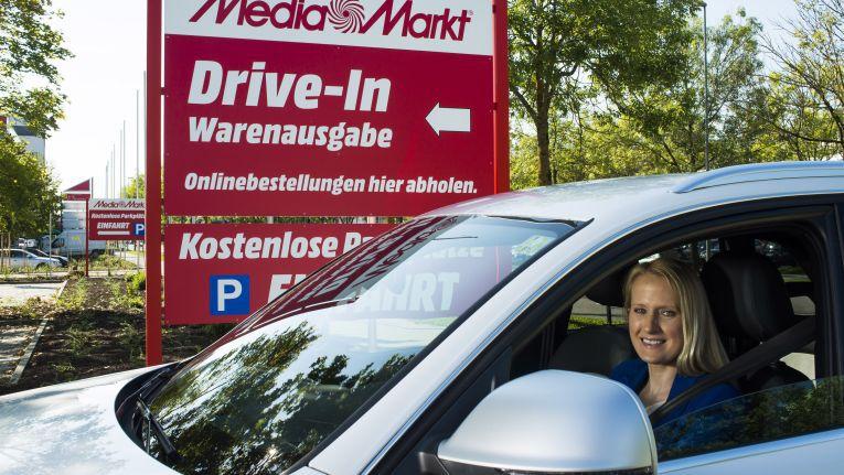 Die Kunden bestellen ihr Produkt online über den Media-Markt-Onlineshop oder die Media-Markt-App. Schon wenig später können sie sich in ihr Auto setzen, fahren in ihren neuen Media-Markt-Drive-In, legen ihre Bestellbestätigung vor und nehmen ihren Einkauf in Empfang
