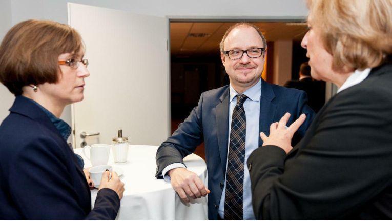 Lebhafte Diskussion zweier IBM-Partner mit Kristian Behrens, Director IBM und Avnet Academy bei Avnet Technology Solutions Deutschland, beim Launch des Competence Centers.