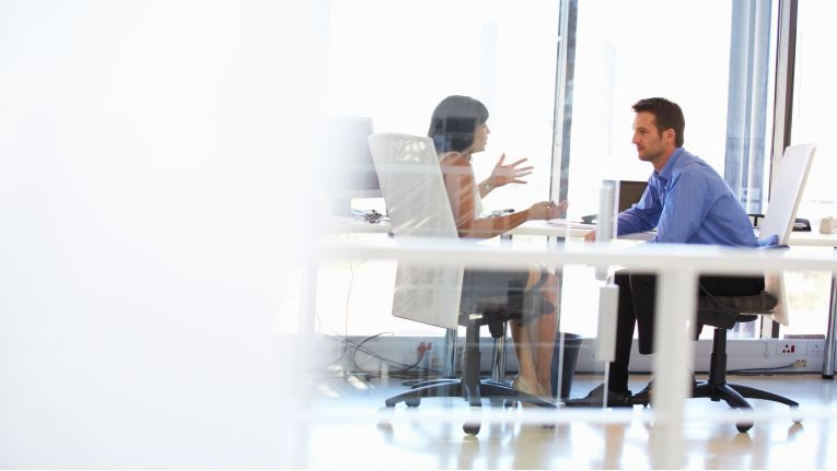 Die Kündigung sollte man dem Chef oder der Chefin im persönlichen Gespräch mitteilen.
