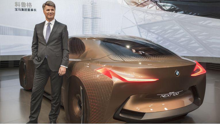 BMW-Chef Harald Krüger neben der Studie BMW Vision Next.