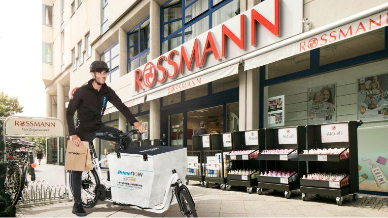 Amazon liefert Drogerieartikel von Rossmann innerhalb einer Stunde oder in einem wählbaren Zweistundenfenster.