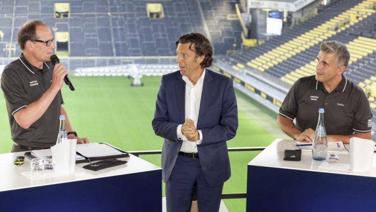 Von links Matthias Steinkamp, Vorstand bei Tarox, Urs Meier und Vertriebschef Christos Golias: Der ehemalige FIFA-Schiedsrichter Urs Meier sprach anschaulich, amüsant und kurzweilig über Entscheidungen unter Druck, was von den Zuhörern mit tosendem Applaus belohnt wurde.