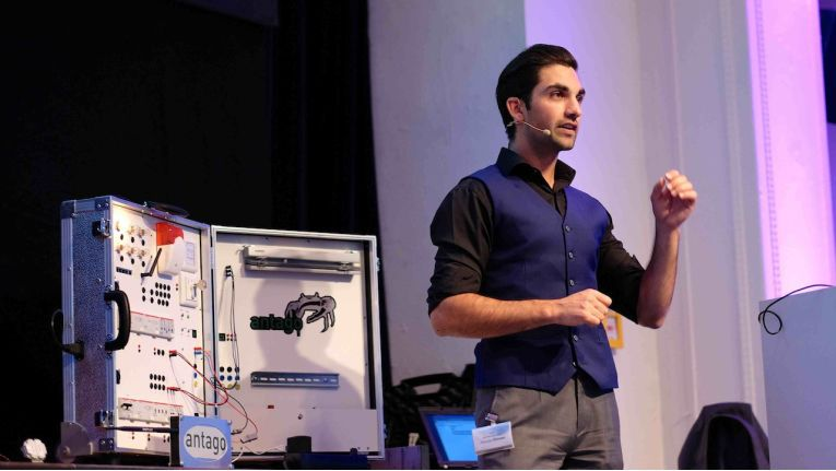 Live-Hacking auf der Wick Hill Messe 2015: Box simuliert Eingriffe in Haustechnik.