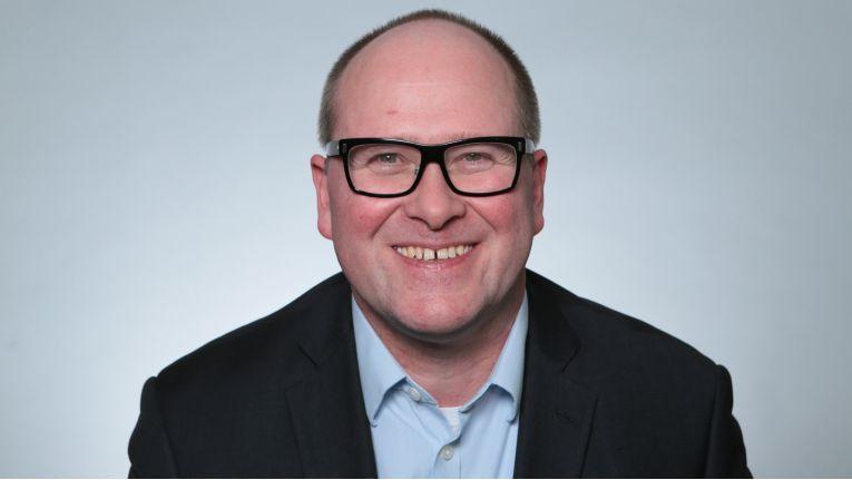 Alexander Angebrandt, Hauptabteilungsleiter IT bei BMW, schult seine Bestandsmitarbeiter hinsichtlich neuer Technologien.