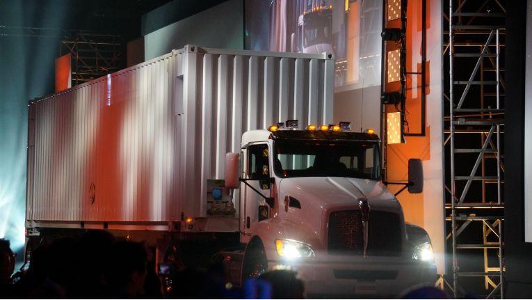 "Das AWS-""Snowmobile"" schippert große Datenmengen in die Amazon-Cloud."