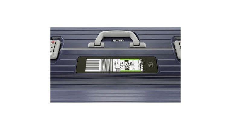 Airbus hat den Abgabeprozess von Gepäck als den Mangel identifiziert, der zur vermehrten Mitnahme großer Mengen an Handgepäck führt. Nun sollen alle notwendigen Daten per Rimowa Electronic Tag auf dessen Display erscheinen und den Prozess beschleunigen.