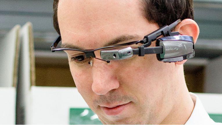 Die AR-Brillen von Vuzix und Epson sind über WLAN dauerhaft mit dem Lagerverwaltungssystem verbunden und blenden relevante Informationen der Android-App von SAP ins Sichtfeld des Nutzers ein.