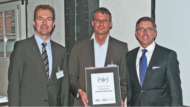 Auf dem Foto von der Award-Verleihung stehen von links nach rechts Christian Schultze-Wolters, Director of IBM Enterprise Business Unit, Mike Cramer, Senior Manager Server / Storage der Ingram Micro Distribution GmbH und Olaf Scamperle, Vice President Global Business Partner DACH, bei IBM.