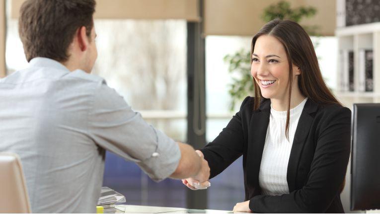 Um Scheinselbstständigkeit zu vermeiden, sollten sich Auftraggeber und Auftragnehmer im Vorfeld intensiv über die Rahmenbedingungen austauschen.