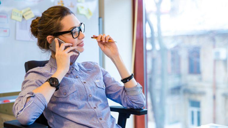 Der Arbeitgeber darf auf Grund seines Weisungsrechts den Handy-Gebrauch im Betrieb einschränken, unter Umständen sogar ganz verbieten.